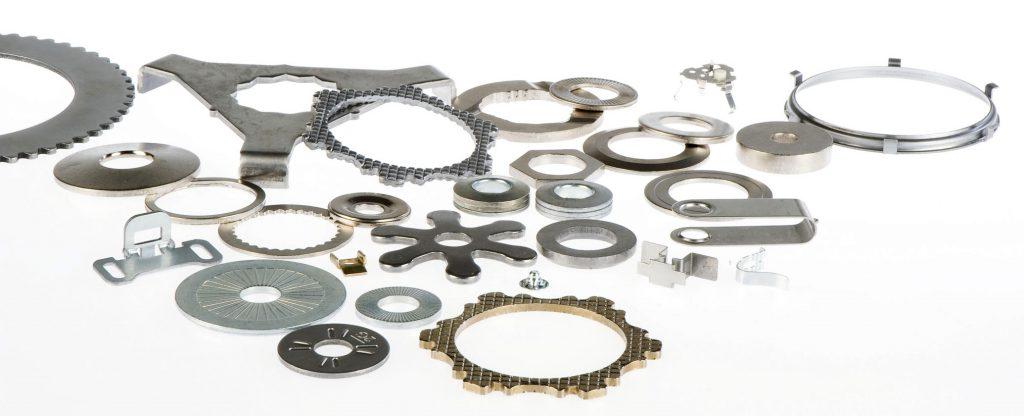 Gris Découpage - Mélange de rondelles de fixation, de composants mécaniques et de pièces découpées en acier avec ou sans revêtements ou traitements thermiques